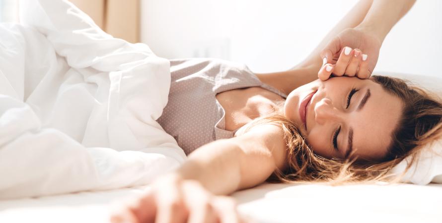 Ragazza che dorme con viso rilassato